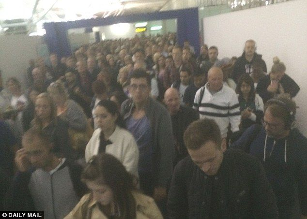 daily0-mail-Waiting_game_Passengers_arriving_at_Stansted_Airport_late_last_n-a-61_1475569606272
